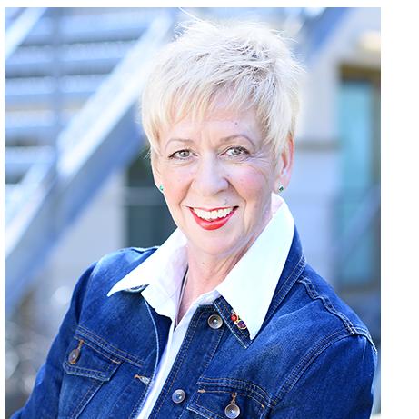 Beatrix Meier-Tacke, Führungskräfte-Coach und Teamseminar-Leiterin im Porträt mit blauer Jeansjacke und weißem Hemd